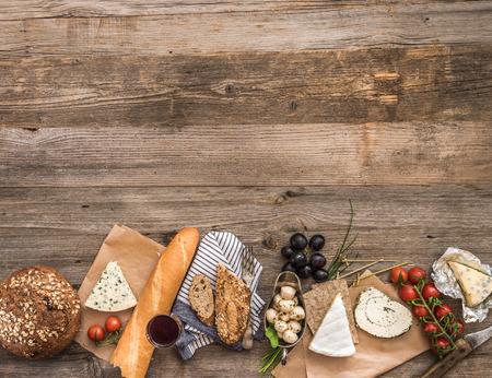 pan y vino: Aperitivos franceses sobre una mesa de madera con espacio para texto
