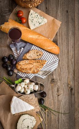 cuisine fran�aise: Cuisine fran�aise sur une table en bois avec espace pour le texte