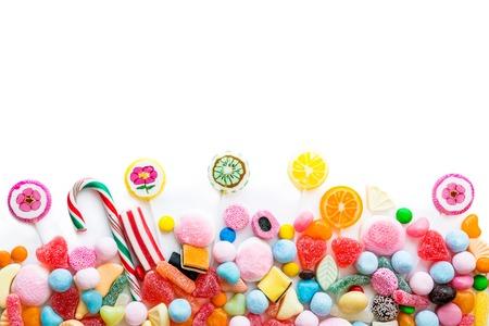 dulces: Disposición de una variedad de dulces sobre un fondo blanco