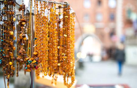 Amber kralen te koop op een outdoor in Gdansk. Polen Stockfoto