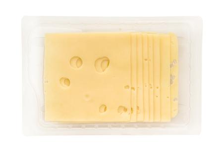 queso blanco: paquete de unas rebanadas de queso aislados sobre fondo blanco
