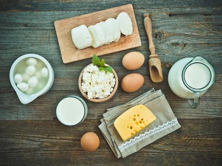 verre de lait: produits laitiers sur la vieille table en bois. vue de dessus