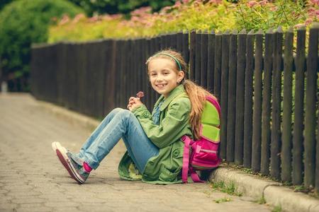 colegiala: La peque�a colegiala bonita que se sienta en la calle con su mochila