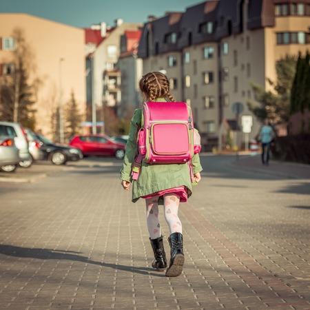 Kleines Mädchen mit einem Rucksack in die Schule gehen Standard-Bild - 43021404