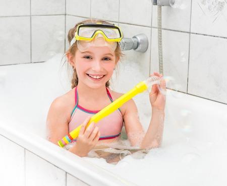 traje de bano: Chica en gafas de sol bucear con tubo en el baño con espuma