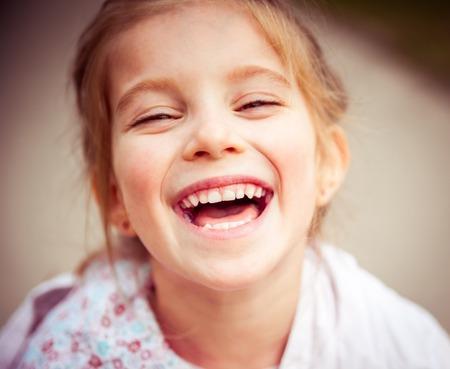 chicas sonriendo: Retrato de una hermosa niña de liitle feliz Close-up