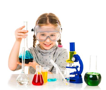 experimento: niña feliz con los frascos para la química aislado en un fondo blanco