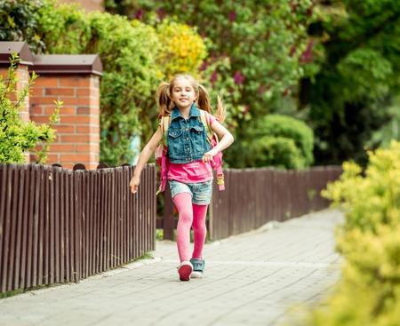 Kleines Mädchen mit einem Rucksack in die Schule. Standard-Bild - 43021550