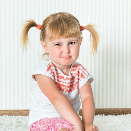 aktywność fizyczna: 2-letni Zabawna dziewczyna zaangażowane w aktywności fizycznej w domu