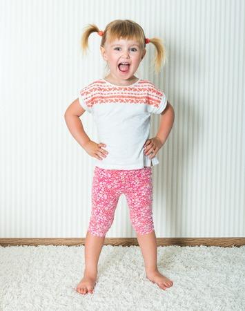 aktywność fizyczna: 2-letnia dziewczynka zaangażowane w aktywności fizycznej w domu Zdjęcie Seryjne