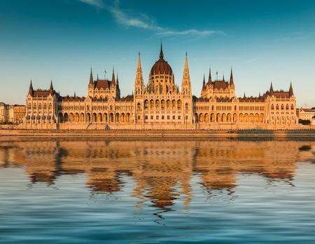 ブダペスト国会議事堂、夕暮れ時。フロント ビュー 写真素材