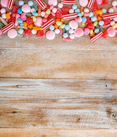 golosinas: variedad de dulces en un fondo de madera con espacio para texto