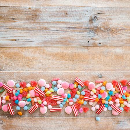fond de texte: variété de bonbons sur un fond de bois avec un espace pour le texte Banque d'images