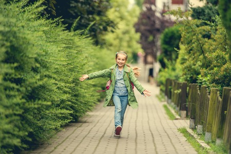 gelukkig meisje naar huis gaan van school Stockfoto