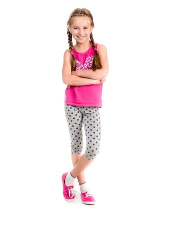 kleines Mädchen stand mit den Händen an den Seiten macht Fitness-