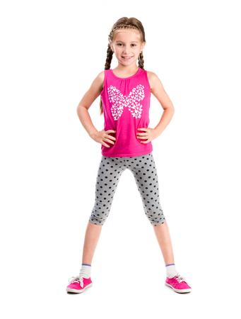 Kleines Mädchen stand mit den Händen an den Seiten macht Fitness- Standard-Bild - 44481637