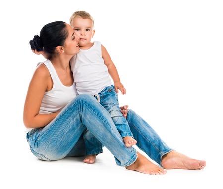mama e hijo: joven madre con hijo pequeño retrato aislado en fondo blanco