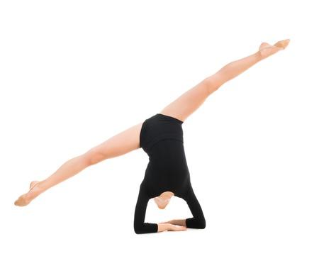 gimnasia ritmica: pequeña gimnasta haciendo ejercicio con saltar la cuerda aislado en el fondo blanco