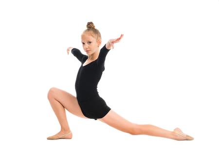 gymnastique: petite gymnaste étirement sur le plancher isolé sur fond blanc Banque d'images