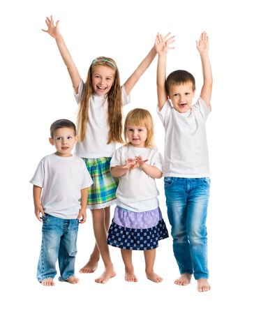 familias felices: niños sonrientes con los brazos arriba aislados en fondo blanco