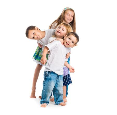 lachende kinderen met armen omhoog geïsoleerd op een witte achtergrond