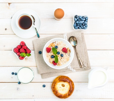 Gezond fitnessontbijt met muesli en bessen Stockfoto - 45297383