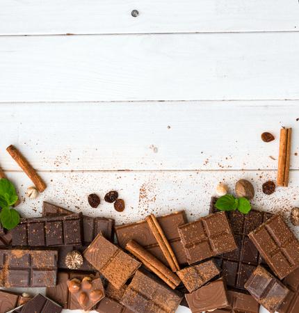 Verschillende chocolade op een houten achtergrond met ruimte voor tekst