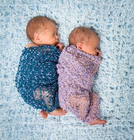 gemelos ni�o y ni�a: gemelos reci�n nacidos - un ni�o y una ni�a durmiendo en una manta azul