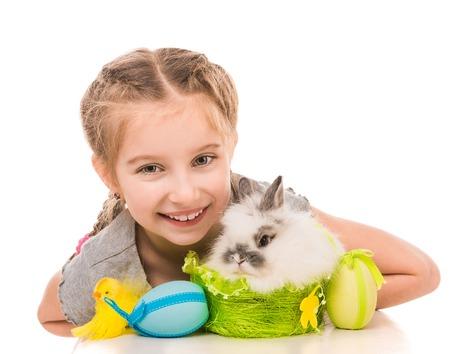huevo blanco: Niña linda con un conejo aislados sobre fondo blanco