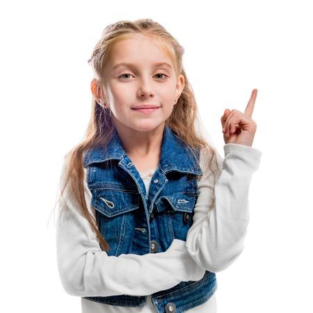 PEQUEÑO: niña con su dedo señala hacia arriba aislado en el fondo blanco
