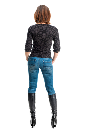 piernas mujer: alzado posterior de la muchacha delgada en tacones altos aislados sobre fondo blanco