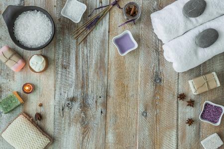 toallas: Composición de los temas de tratamiento de spa en la mesa de madera. Vista superior Foto de archivo