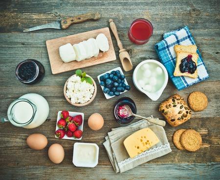 夏の朝食。果物や乳製品木製のテーブル。トップ ビュー