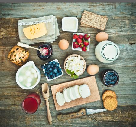queso: Desayuno del verano. frutas y productos l�cteos en una mesa de madera. vista superior