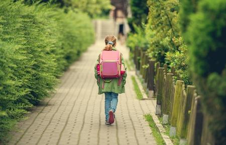 배낭 학교에가는 어린 소녀. 다시보기 스톡 콘텐츠 - 47391319