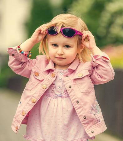 niñas pequeñas: Hermosa chica 2 años en la calle cerca