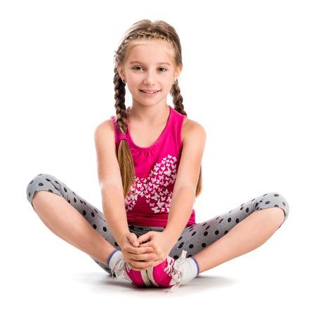 manos y pies: niña haciendo yoga aislado sobre fondo blanco