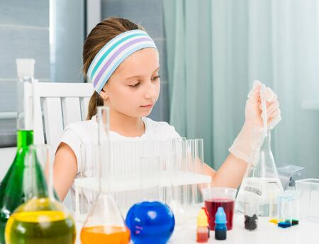 mignonne petite fille: cute little girl with flasks for chemistry