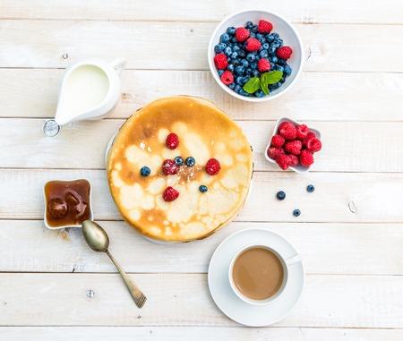 Ontbijt met pannenkoeken bovenaanzicht Stockfoto - 47389347