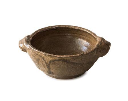 ollas de barro: vieja vasija de barro vacío aislado en el fondo blanco