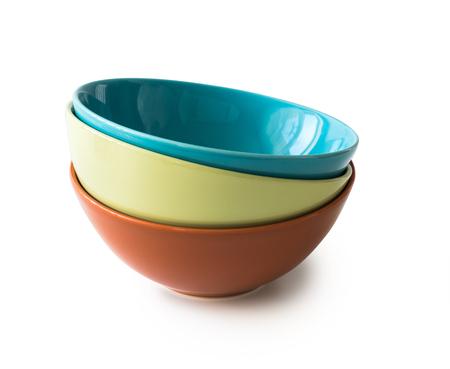 cerámicas: conjunto de nuevos cuencos de colores aislados sobre fondo blanco
