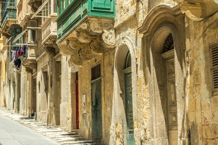 puertas viejas: paisaje urbano con puertas antiguas en Valletta, Malta