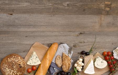 pasteleria francesa: ingredientes alimentarios fritas en una mesa de madera con espacio para texto Foto de archivo