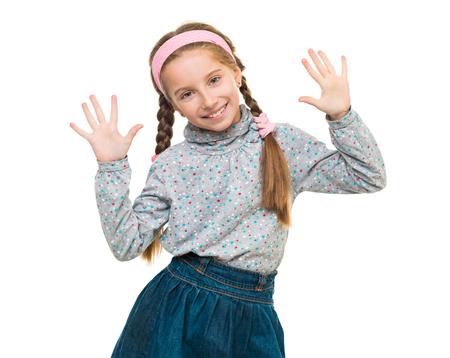 retrato de una niña linda con las manos arriba aislados en fondo blanco Foto de archivo