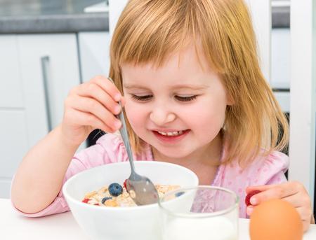 niños comiendo: niña alegre con desayuno saludable