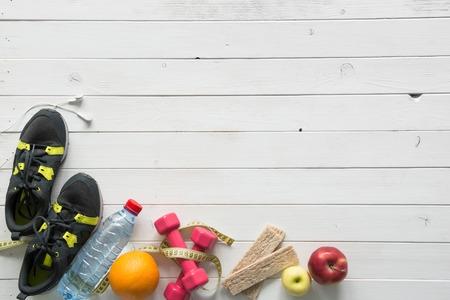 fitness items op houten planken achtergrond bovenaanzicht met tekst ruimte