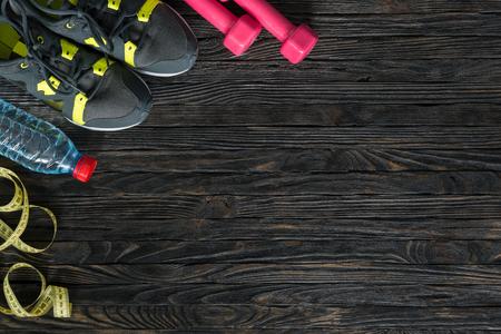 aparatos electricos: artículos de deporte de la aptitud en el fondo de madera oscura con espacio de texto vacío