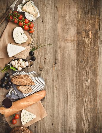 ingredientes alimentarios fritas en una mesa de madera con espacio para texto