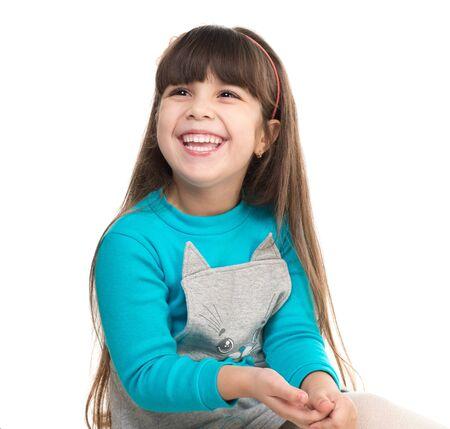 niños riendose: Retrato de la niña linda de risa aislada en el fondo blanco Foto de archivo