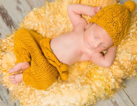 고리 버들 바구니에 모직 담요에 누워 아름 다운 신생아